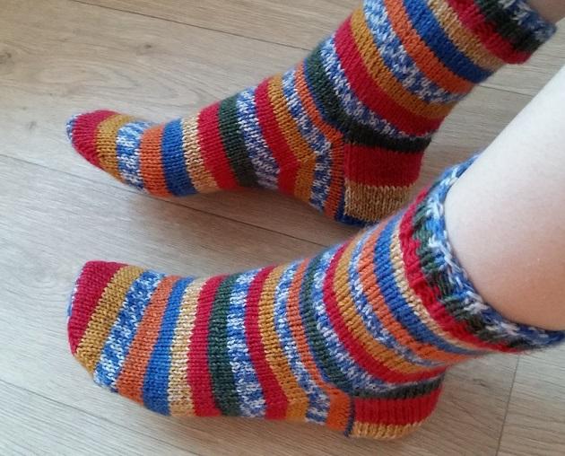 twee sokken op een rondbreinaald